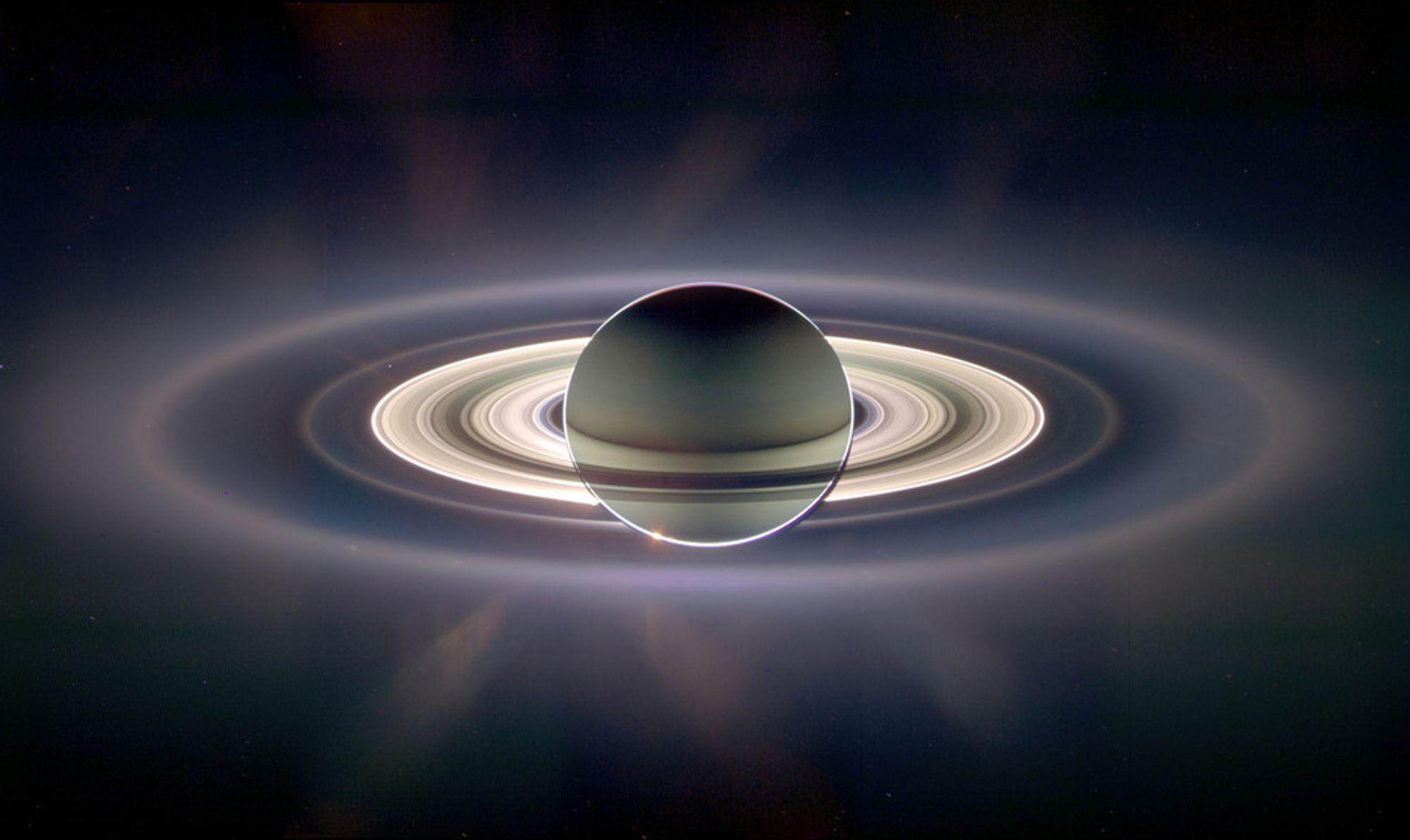 STORT SYN: Enorme Saturn skjulte Cassini fra solens blendende lys, og gjorde det mulig for romsonden å se planetens ringer bedre enn noen gang tidligere.