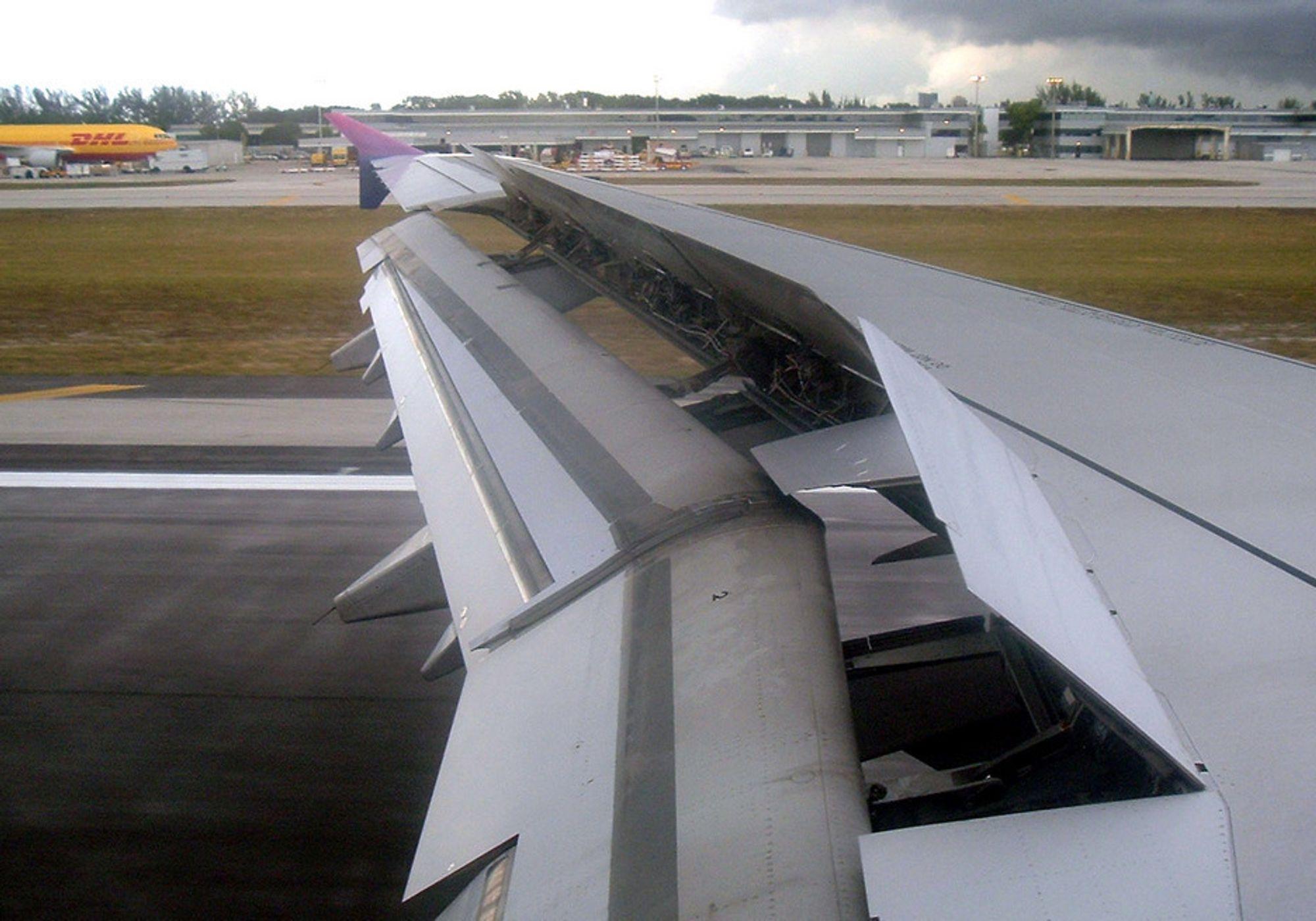 EFFEKT: Atlantic Airways-flyet utnyttet den aerodynamiske bremseeffekten ved å slå ut spoilerne (se bildet), i tillegg til å bruke airbrakes og hjulbremser.
