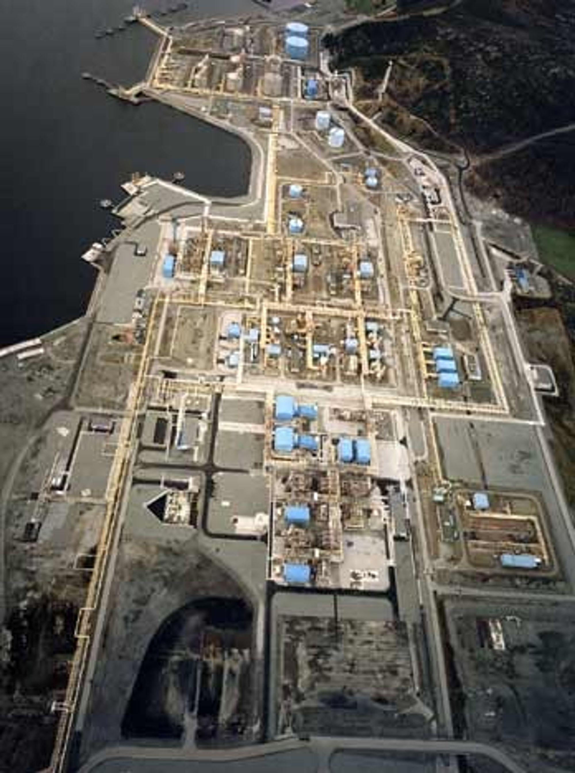 GASSTOMT: Nede til venstre på bildet skal gasskraftverket på Kårstø bygges. Mye av grunnarbeidet er allerede gjort.