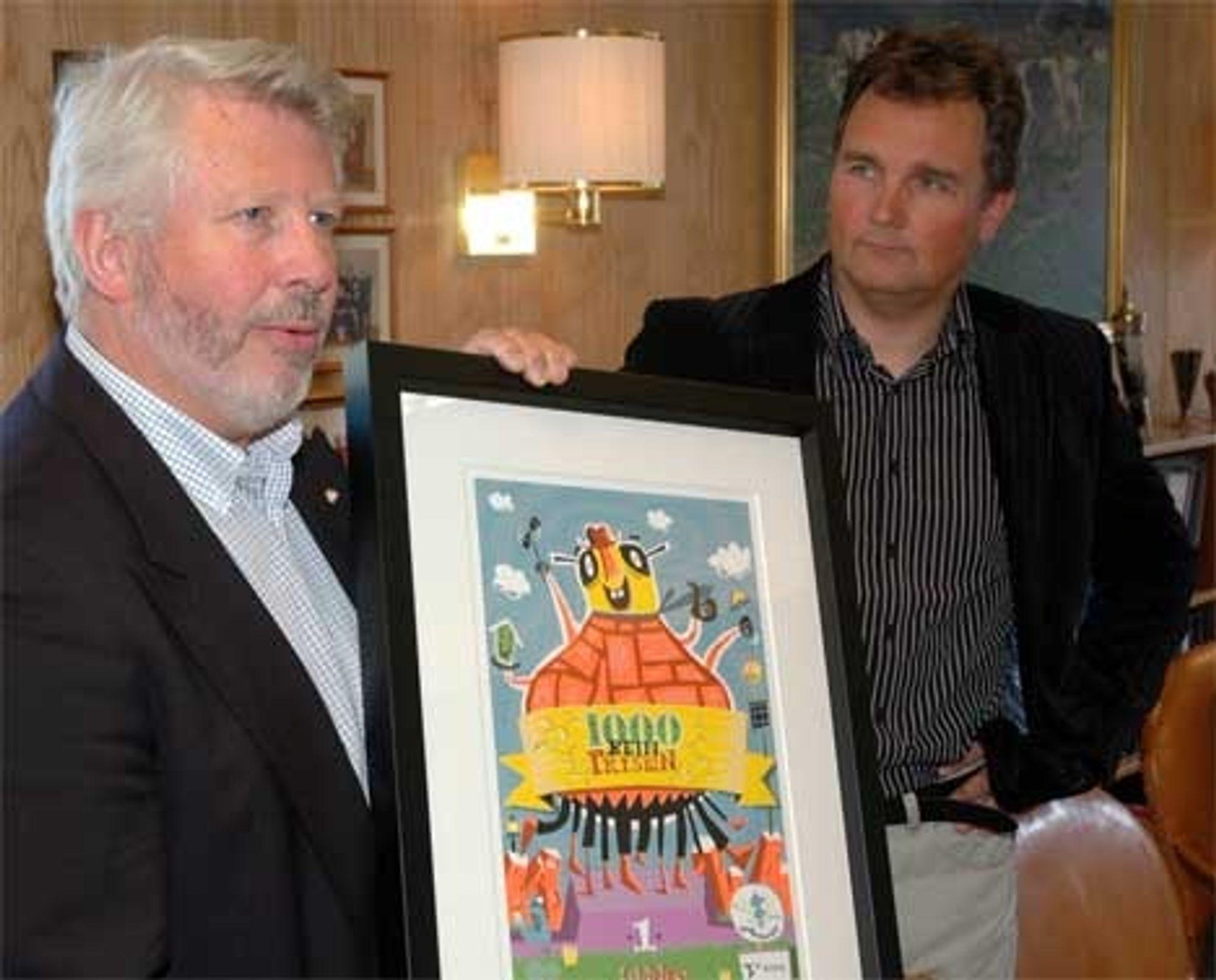PRISES:Konserndirektør Leif Arne Berge (t.v.) i Tine har mottatt 1000beinprisen av Enova, her representert ved kommunikasjonsansvarlig Bård Bjerkaker.