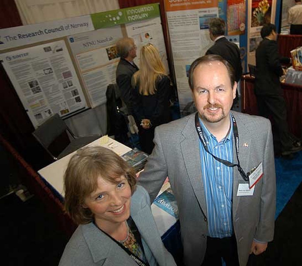 Seniorrådgiver Aase Hundere (t.v.) i Forskningsrådets NANOMAT-program, og teknologiutsending Stein Ivar Hansen i Innovasjon Norge etablerte en stand på NSTI Nanotech 2006 i Boston som en møteplass mellom norsk og internasjonal nanoteknologisk ekspertise.