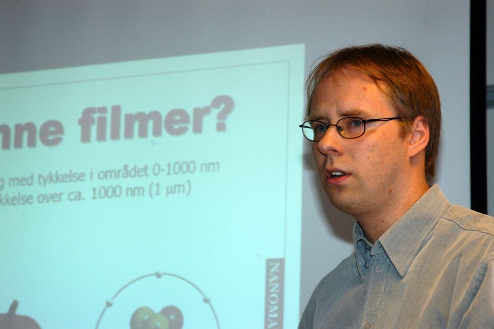 Forsker Ola Nilsen ved Kjemiosk institutt ved Universitetet i Oslo har funnet en ny måte å produsere tynnfilmer av hybridmaterialer.