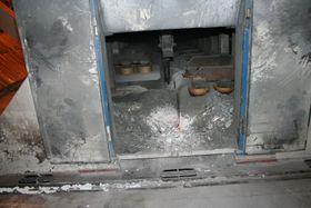 Aluminiumsoksid slippes på i en celle.