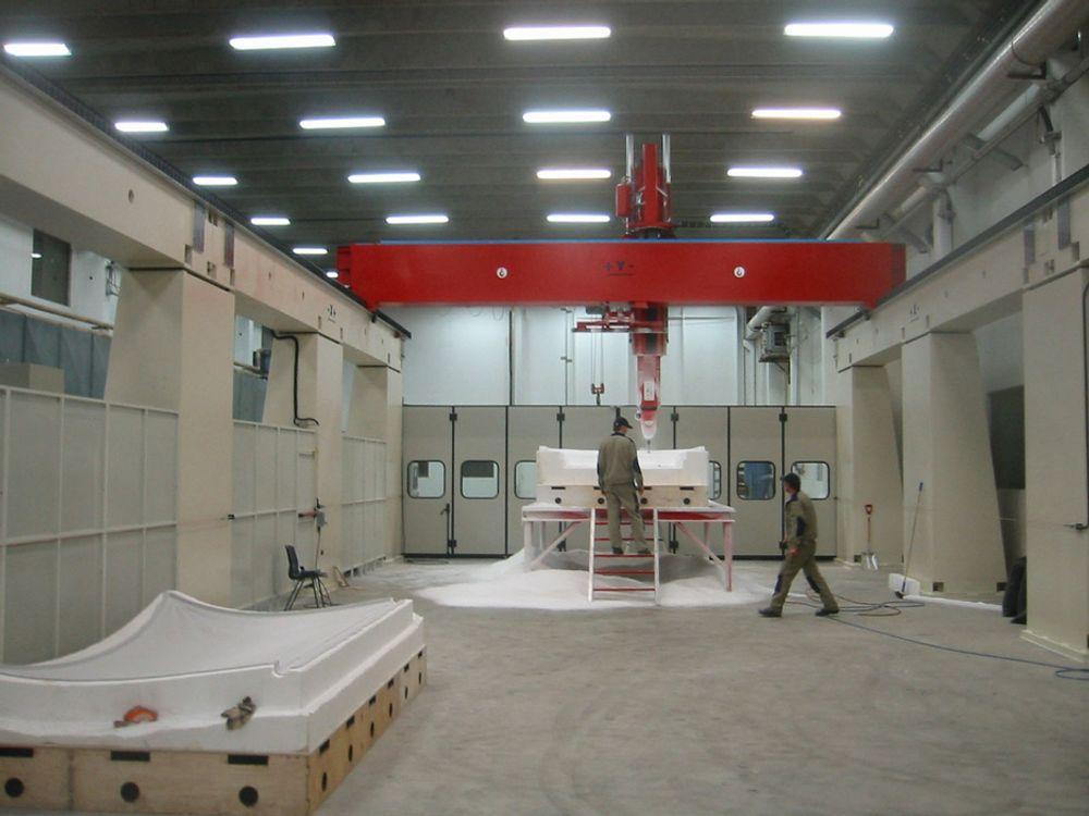 STØRSTE: Imponerende størrelse på Norges største femakse fresemaskin. Maskinen kan frese former og plugger som er opptil 26 meter lange.FOTO: EASY FORM