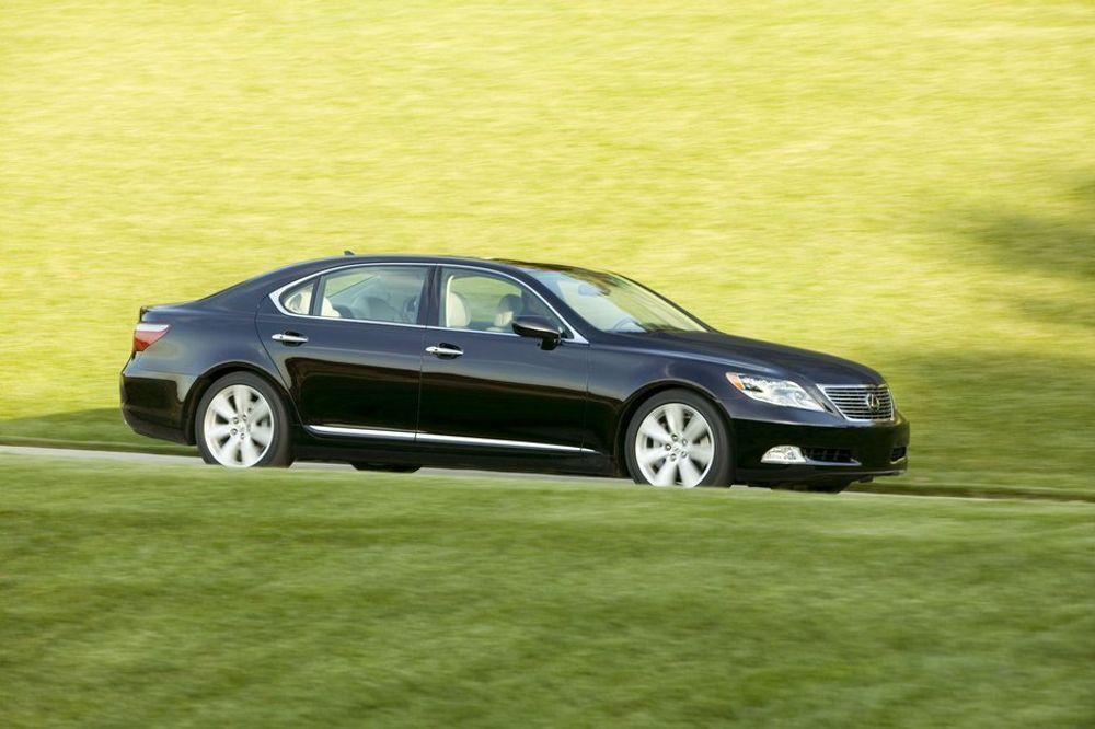 LUXUS: Nye Lexus LSD600h er verdens sterkeste hybridbil, med en V8 på 450 hk/330 kW. Det er hittil ikke opplyst hvor stor elektromotoren er, eller hva slags batteri bilen har, men fabrikken er stolt av et snittforbruk på straks under literen på mila. Sterkt i et digert, tungt luksusdyr som denne. Hva man skal med den? Den gjør seg jo utenfor meglerkontoret?
