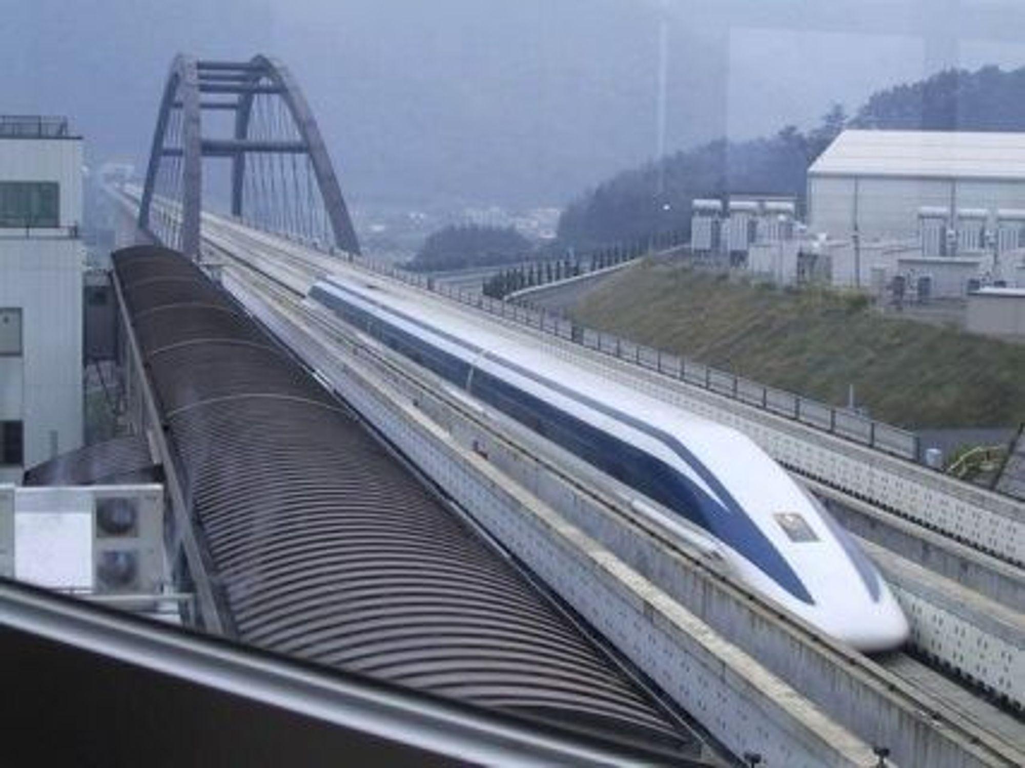 BERØRINGSFRITT: Det magnetiske svevetoget Rinia i Japan har satt verdensrekord med 581 km/t.