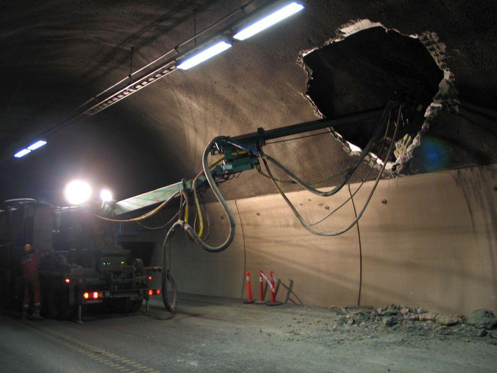 SIKRING: Nesten 14.000 m3 sprøytebetong ble brukt for å sikre Oslofjordtunnelen.