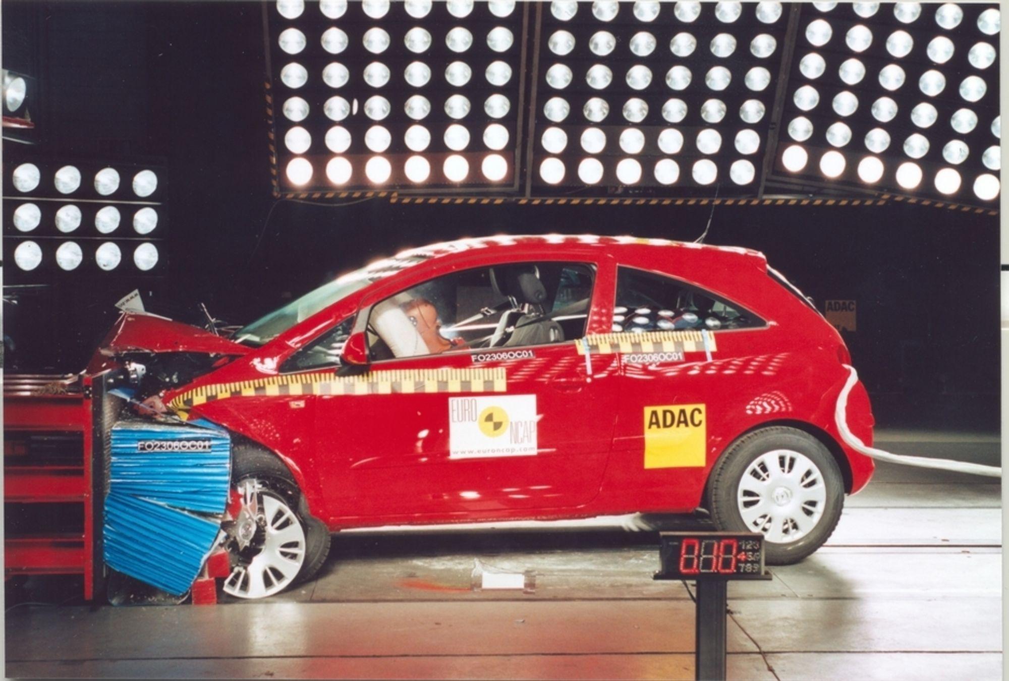SIKKER: Lille Opel Corsa fikk full pott under testingen hos EuroNCAP utenfor Brussel. Bilen fikk også høy karakter når det gjelder barnesikring, og gir på grunn av frontformen svært små skader på fotgjengere ved sammenstøt.