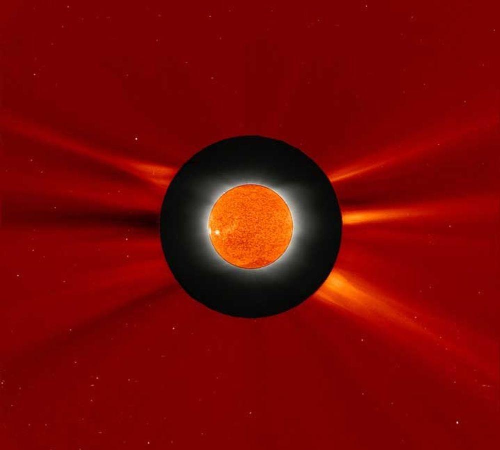 Dette unike bildet av solformørkelsen 29 mars er satt sammen av bilder fra Hellas og fra romobservatoriet SOHO. Selve Solen (som under formørkelsen er skjult av Månen) er observert fra SOHO satellitten  som ligger badet i sol selv under formørkeslene. SOHO befinner seg 1.5 millioner km fra Jorden , omtrent 4 ganger lenger vekk enn Månen.