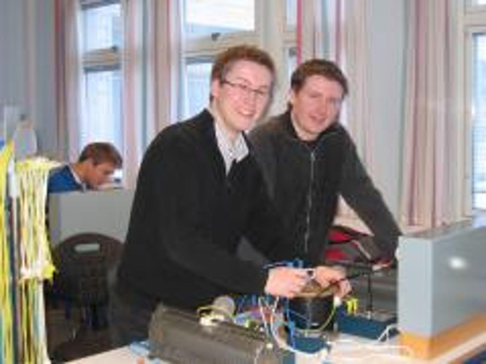 DRAR I LAG: Ingeniørstudentene Torgeir Bertheussen (til venstre) og Arve Næstby trives ved HiN. - Vi har god faglig støtte i hverandre, og sitter gjerne og jobber sammen til langt utover kveldene, forteller de.