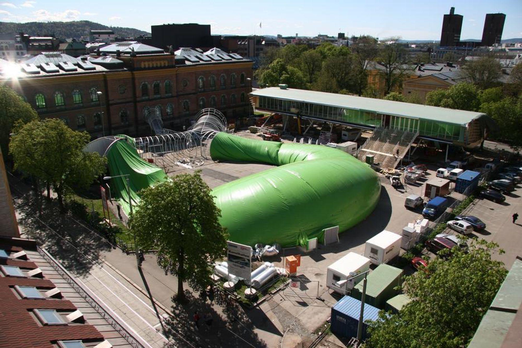 Felix Müller prises for sitt arbeid med duk som byggemateriale, blant annet til Frosken-utstillingen i Oslo sommeren 2005.
