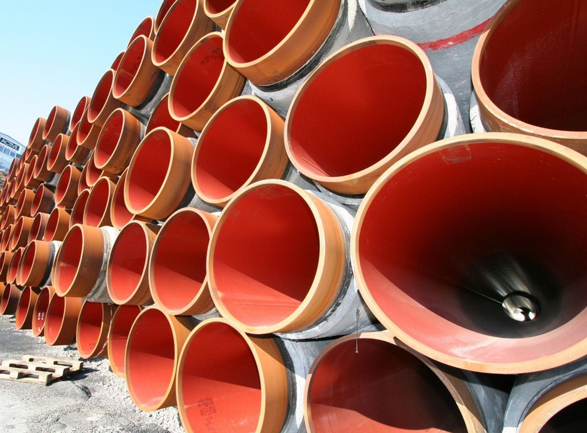 ENORMT PROSJEKT: På Ågotnes utenfor Bergen lagres store deler av rørene som skal utgjøre gassrøret Langeled. Eksportrøret vil forsyne 20 prosent av Storbritannias gassforbruk.
