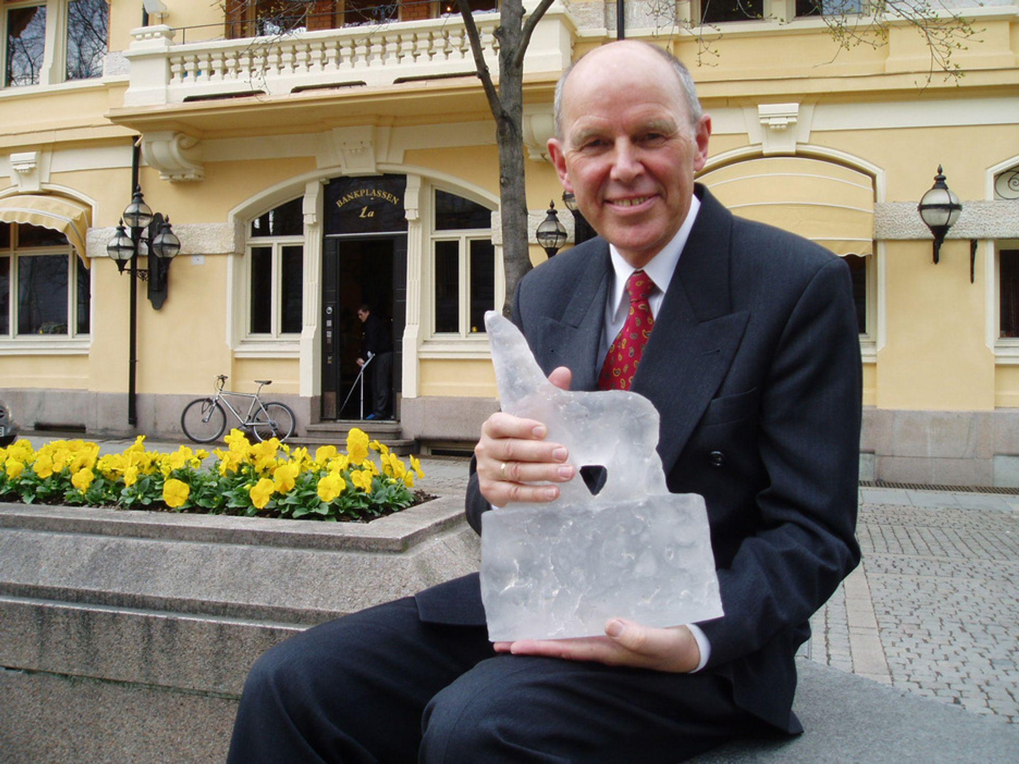 PRISET: Alf Bjørseth med Glassbjørnen, hedersprisen fra miljøstiftelsen Grip.