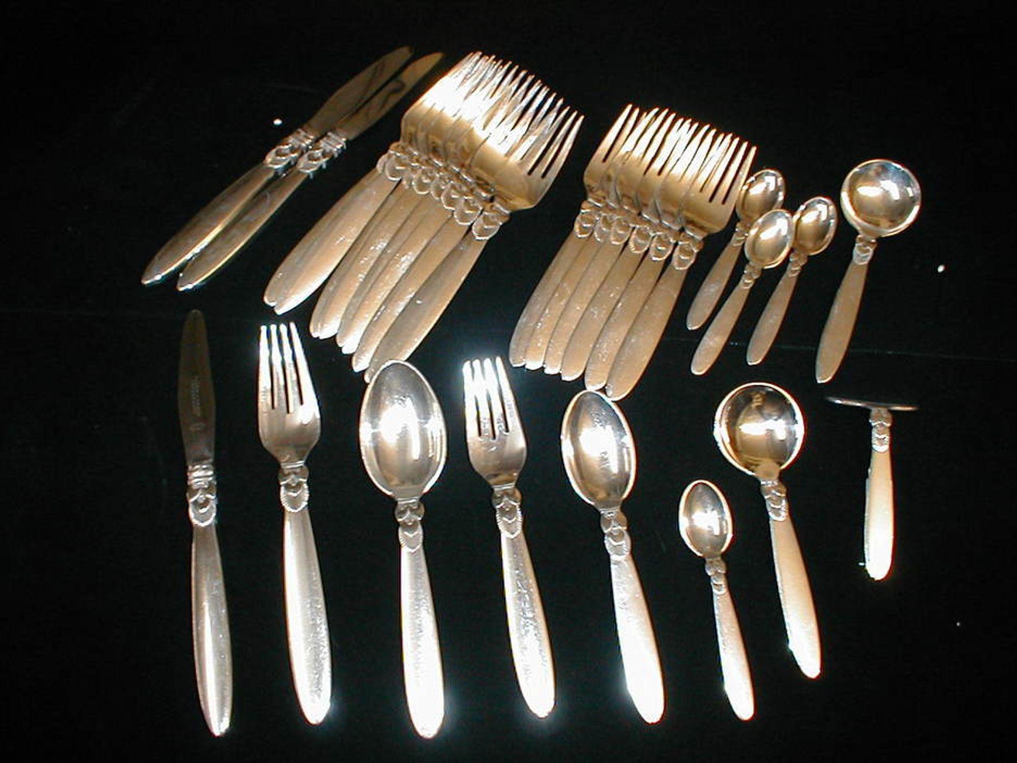 SLUTTPUSSET: Med en ny sølvlegering fra rustfribyen Sheffield trenger ingen lenger å bry seg om sølvpuss, for bestikk osv. holder seg blankt og upåvirket til evig tid. Om man skal tro forskerne.