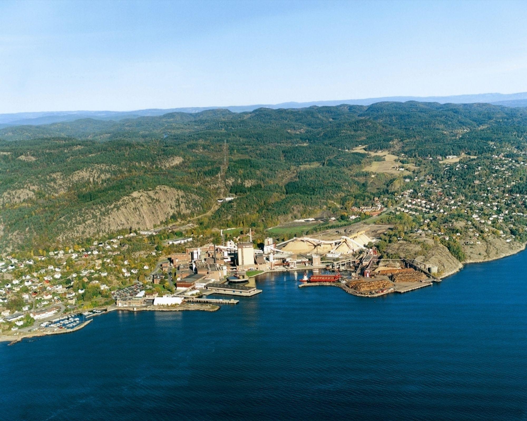 KRAFT OG PAPIR: Södra Cell Toftes kraftproduksjon foregår i det store gule tårnet midt på bildet. Den inneholder Norges største biobrenselkjele.