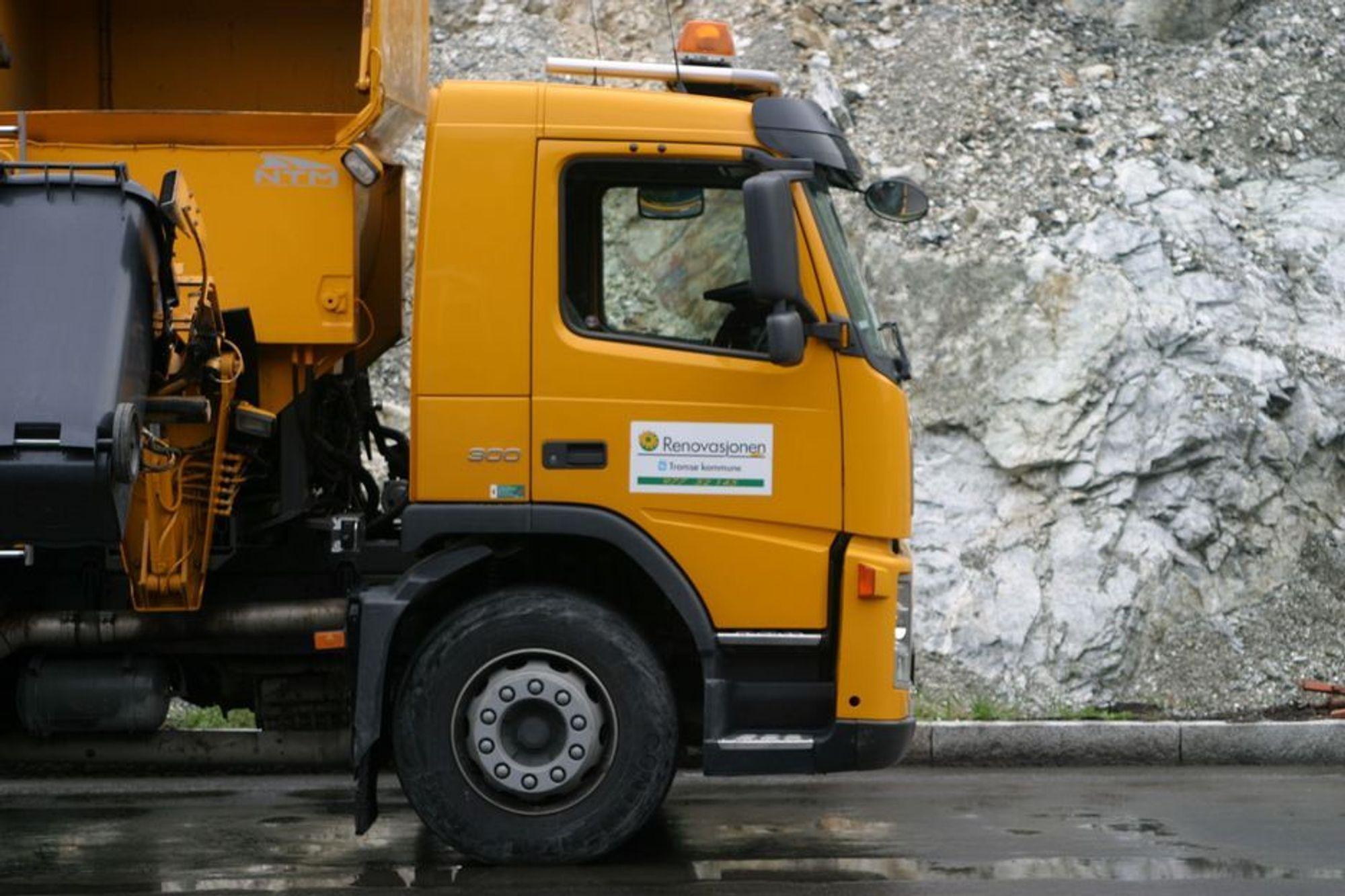 KJØRER FORTSATT: De gule søppelbilene henter fortsatt søppel rundt omkring i Tromsø, og kjører avfallet hit til Tromsø Miljøpark for sortering. Bare ikke fra Stakkevollan.