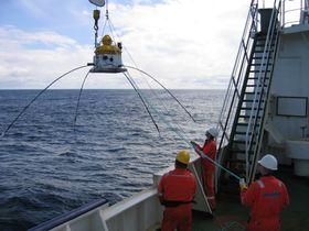 Mottakerantenner tre kilometer fra hverandre plasseres i store nett på havbunnen for å lete etter olje.