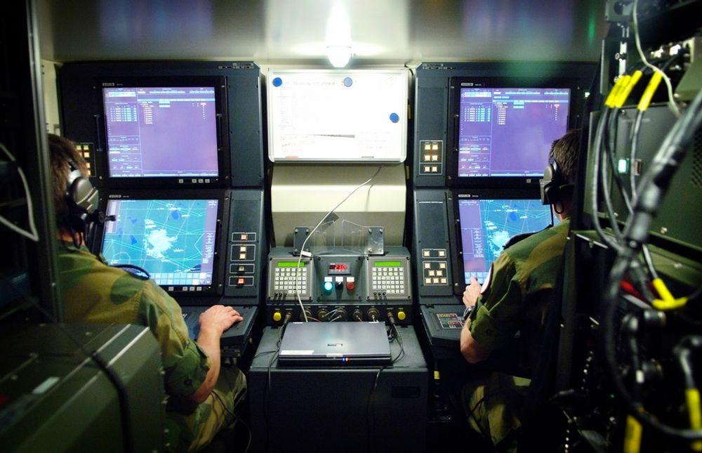 RADARØYNE: Her overvåkes luftrommet. Det taktiske operasjonssenteret er en del av det norskutviklede luftvernsystemet Nasams II som er en videreutvikling av det første Nasams-systemet. Med Nasams II har mye gammel teknologi blitt byttet og systemet fått ny radar.
