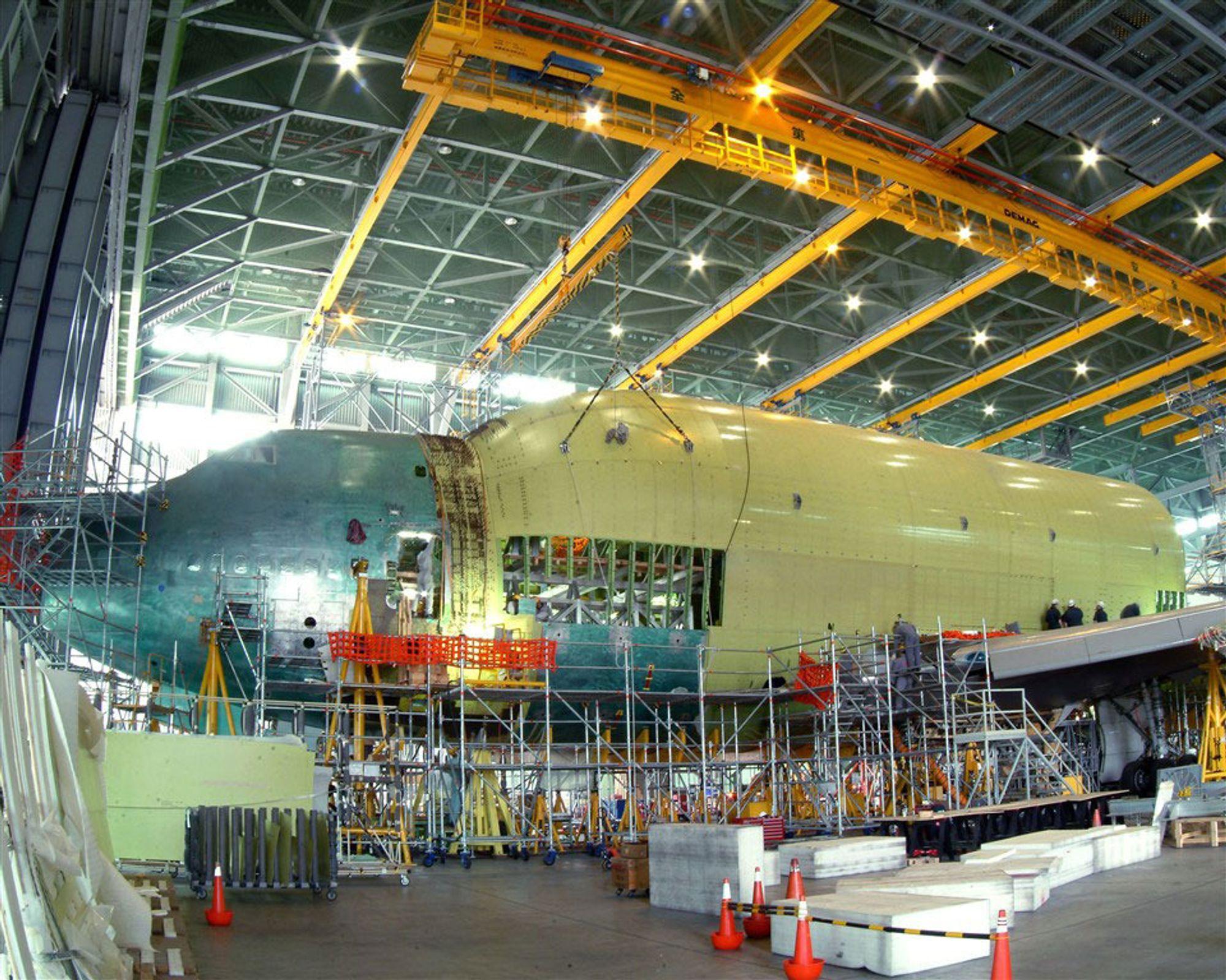 DREAMLINER: Våren 2007 skal Boeing begynne å seriebygge 787 Dreamliner ¿ på Taiwan. De første ombygde stordiameter Jumboene skal fly vinger og skrogdeler fra USA for seriemontering på øya. Utvidelsen av skroget ses tydelig, rett bak cockpitdelen.
