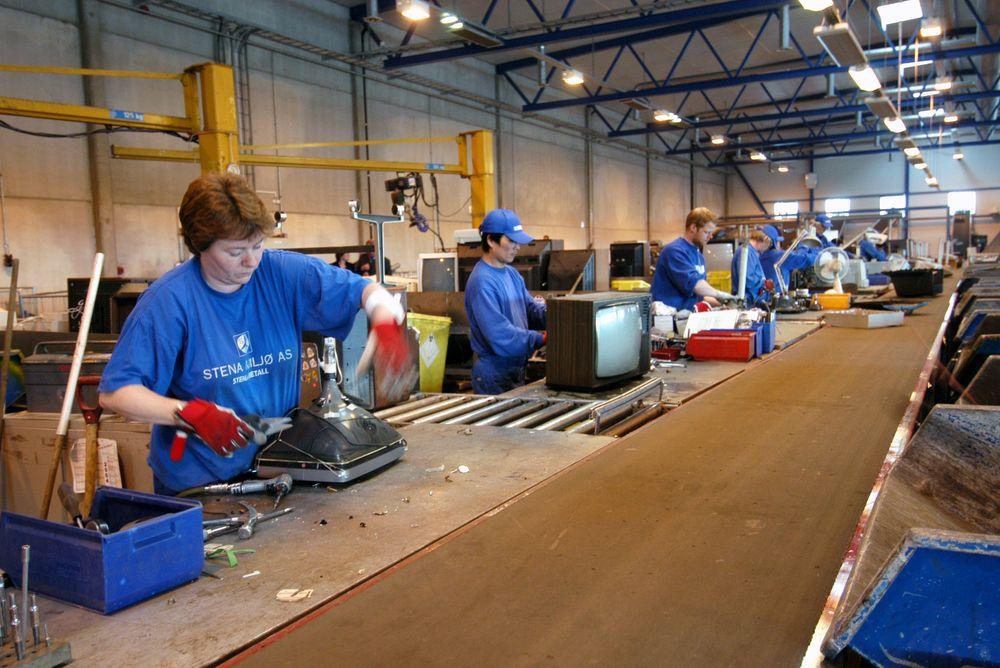 TONNEVIS: Det kreves mye manuelt arbeid når EE-avfall skal gjenvinnes. FOTO:STENA