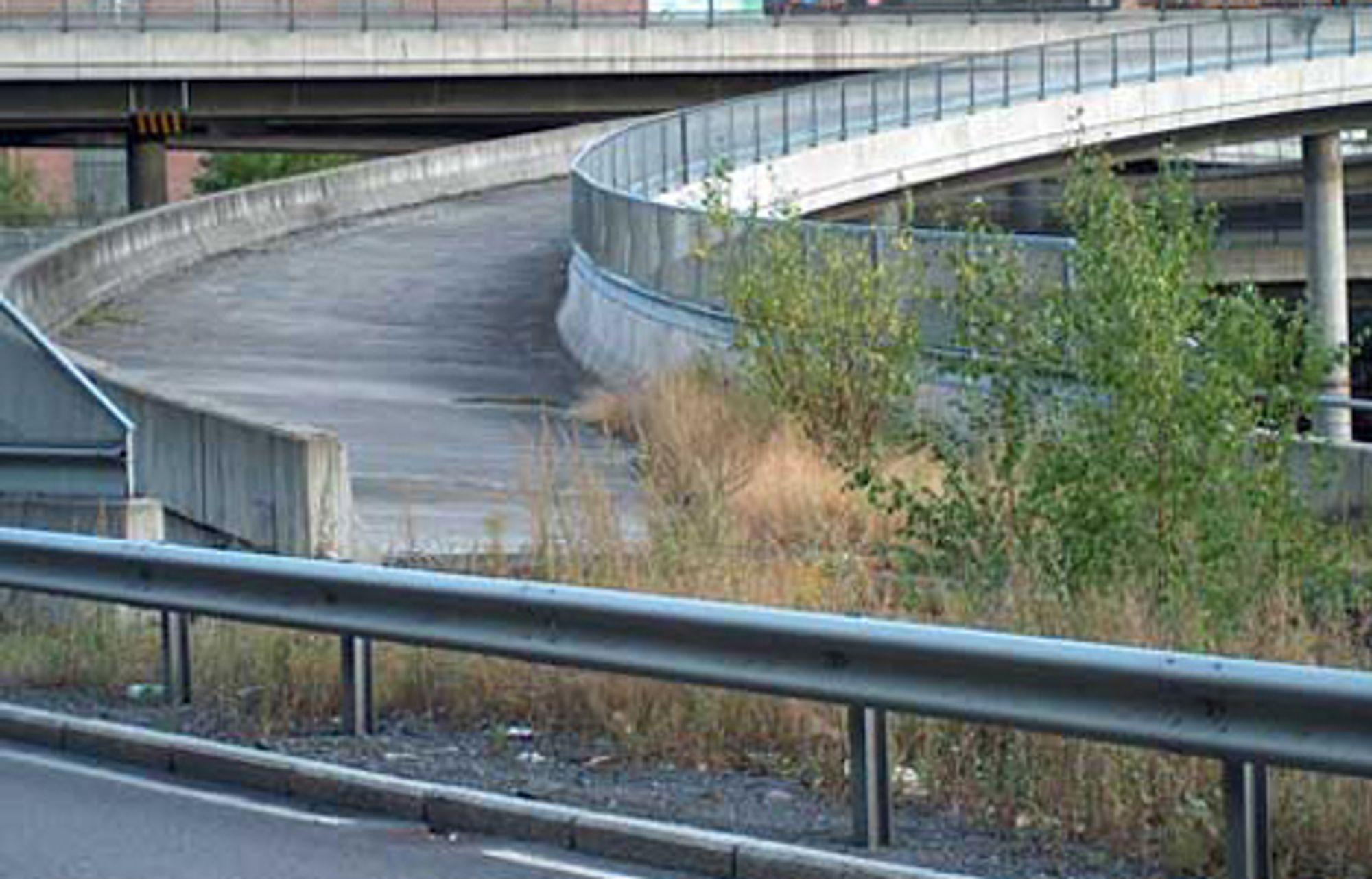 Vegvesnet bygget to broer i Lodalen i Oslo som ledd i planenfor ny firefelts innkjøring til sentrum på 80-tallet. Planene ble imidlertid endret, og nå kan broene rives. Slikde står nå, er de daglig påminnelser om at ikke alt går som man planlegger til enhver tid. Slik er det i et dynamisk samfunn.