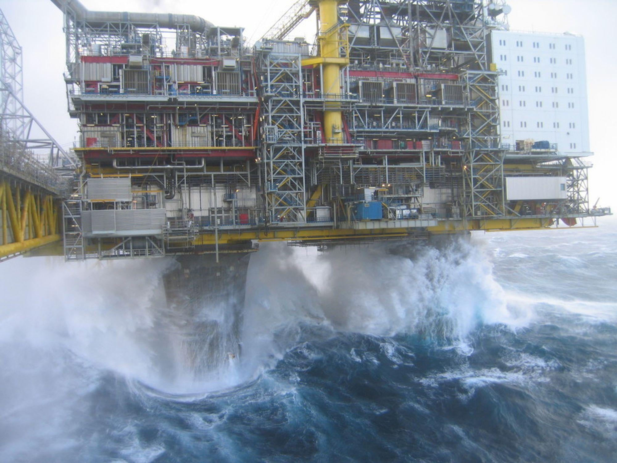 Storm og orkan i Nordsjøen i begynnelsen av november 2006: Oseberg A. Kjempebølger herjer og skader materiell på flere plattformer dette døgnet. Samme døgn gikk et skip rundt i Østersjøen, mens fergetrafikken i Norden ble til dels satt ut av spill. På Hydro-plattformen tok en av Hydros ansatte disse bildene.
