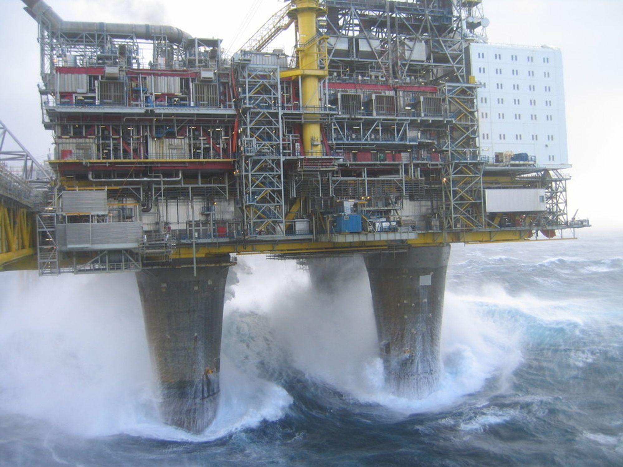 Her er det storm og orkan i Nordsjøen i begynnelsen av november 2006 på Oseberg A. I år rammes mange oljearbeidere i  Nordsjøen av uvær rundt nyttår.