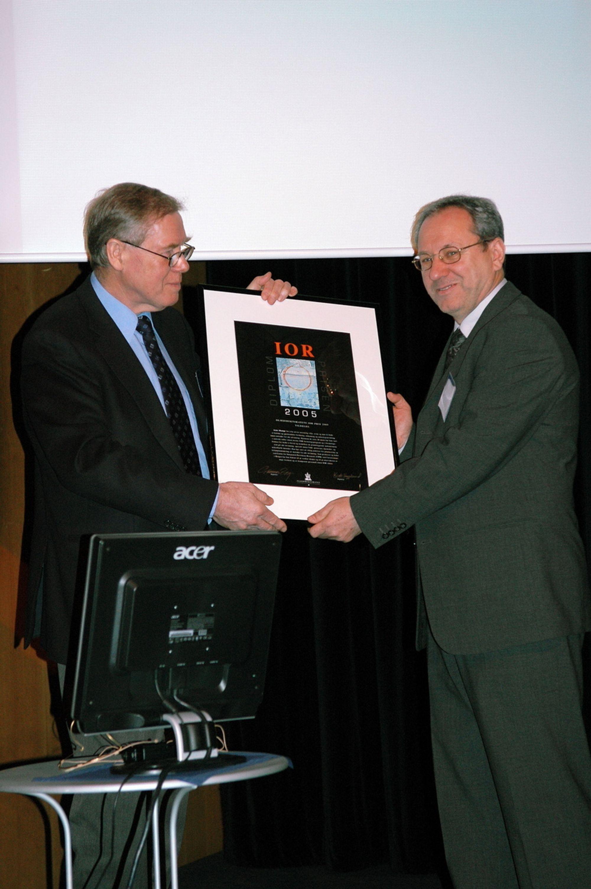 VELFORTJENT: Gunnar Berge overrekker IOR-prisen for 2005 til Arne Skauge.