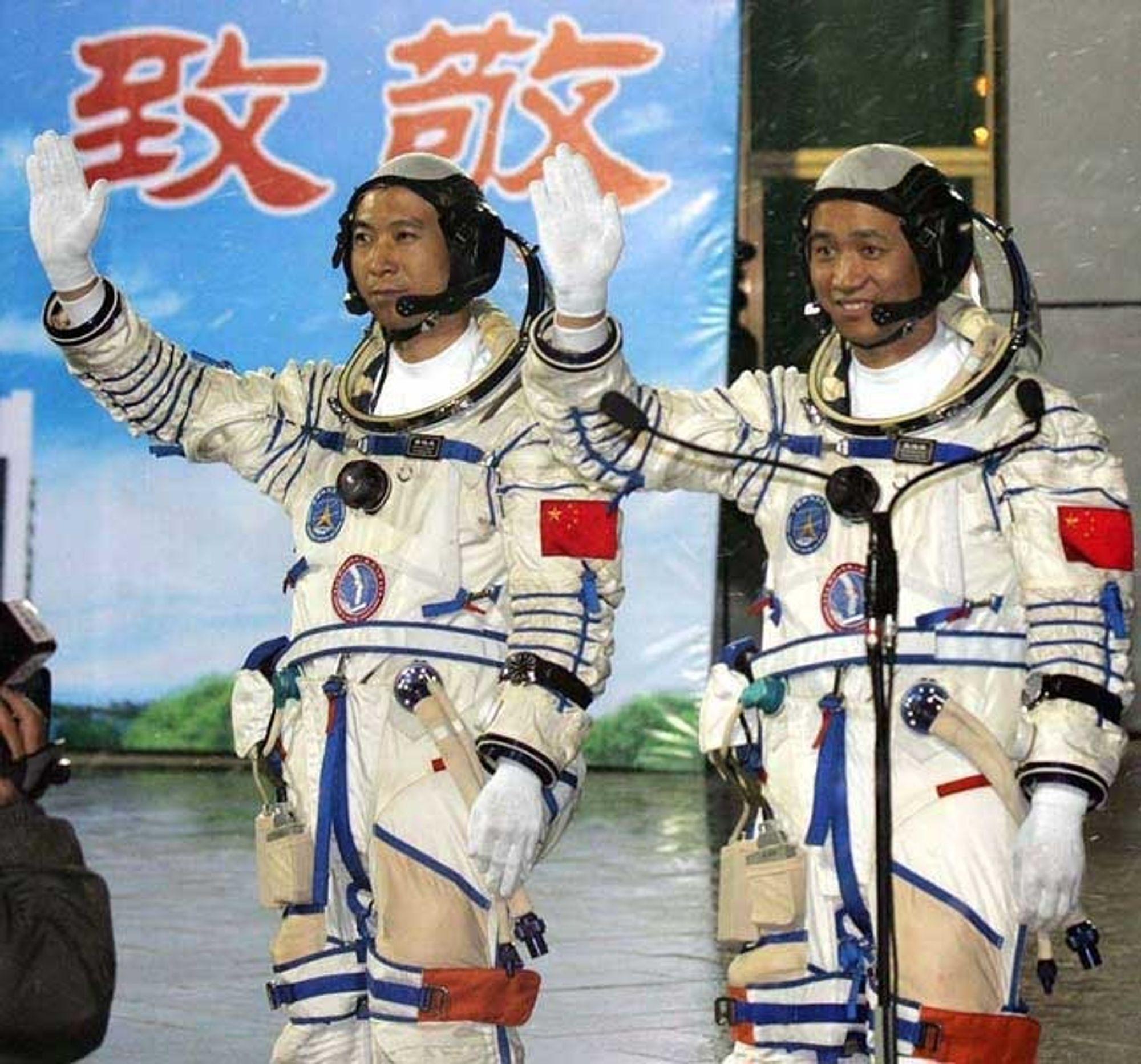Fei Junlong (t.v.) og Nie Haisheng er de foreløpig siste kineserne i rommet.