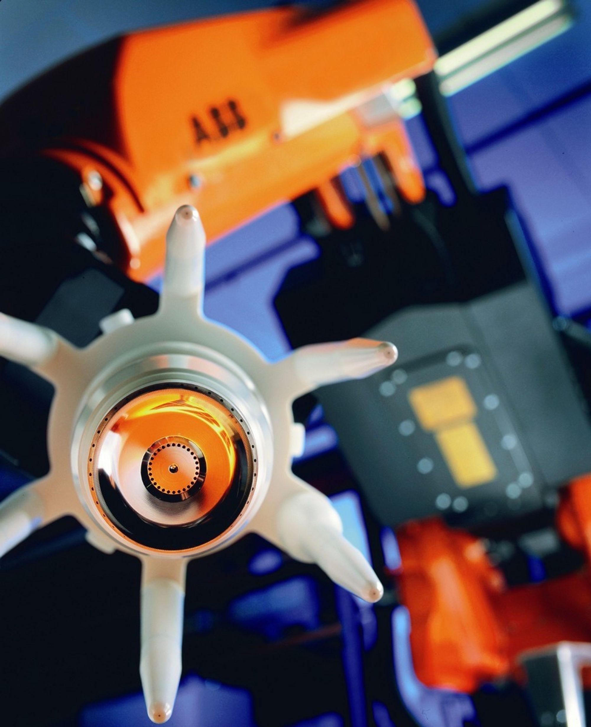 SPARER LAKK: Store tap av lakk unngås med nye roboter som bruker nøye tilpasset mengde lakk per bil.