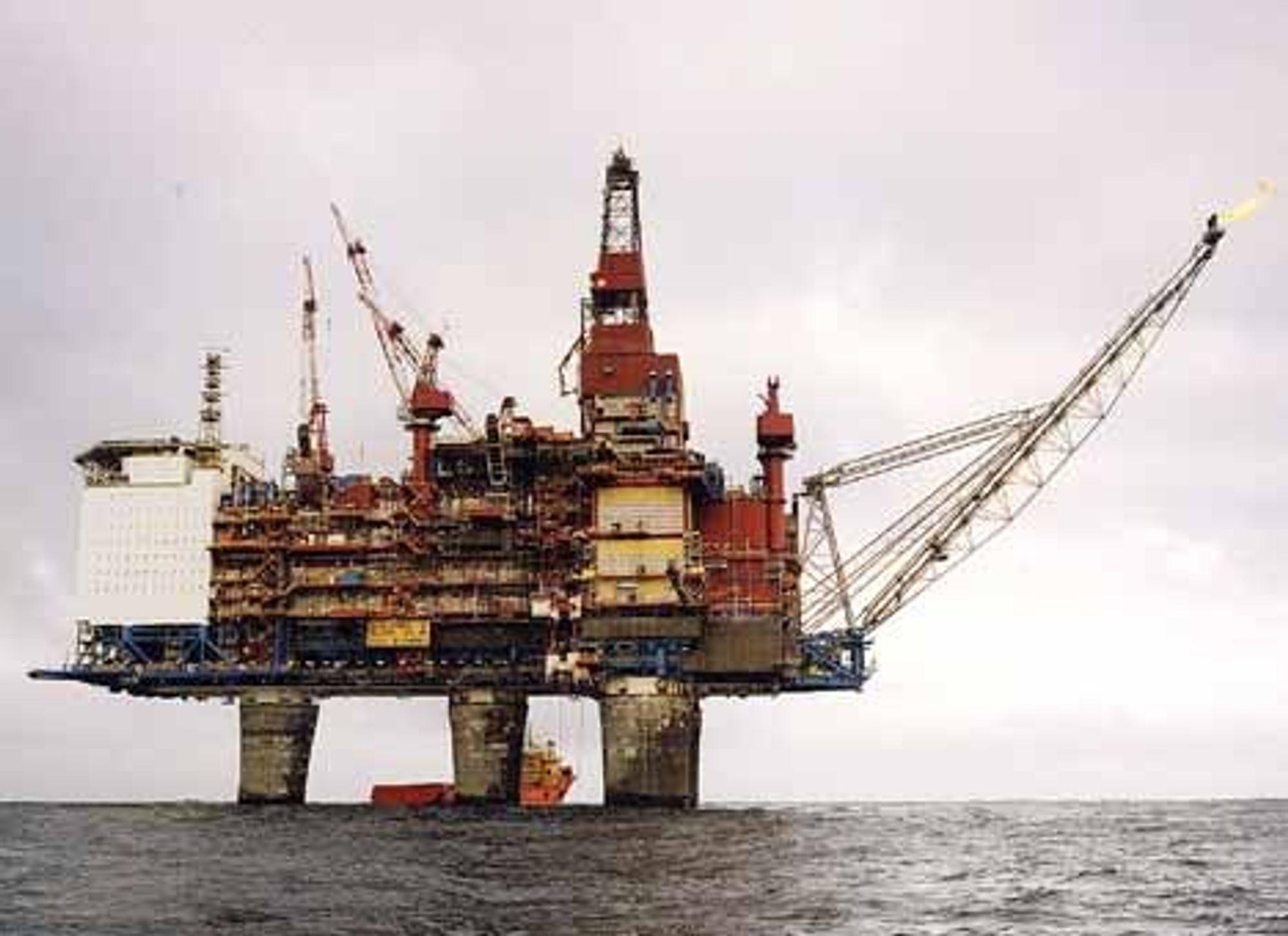 UFARLIG?: Analyser viser at det ikke er noen fare for at fiskebestandene selv om den blir utsatt for alkylfenoler i vannutslipp offshore. Her fra Gullfaks C. FOTO: Statoil