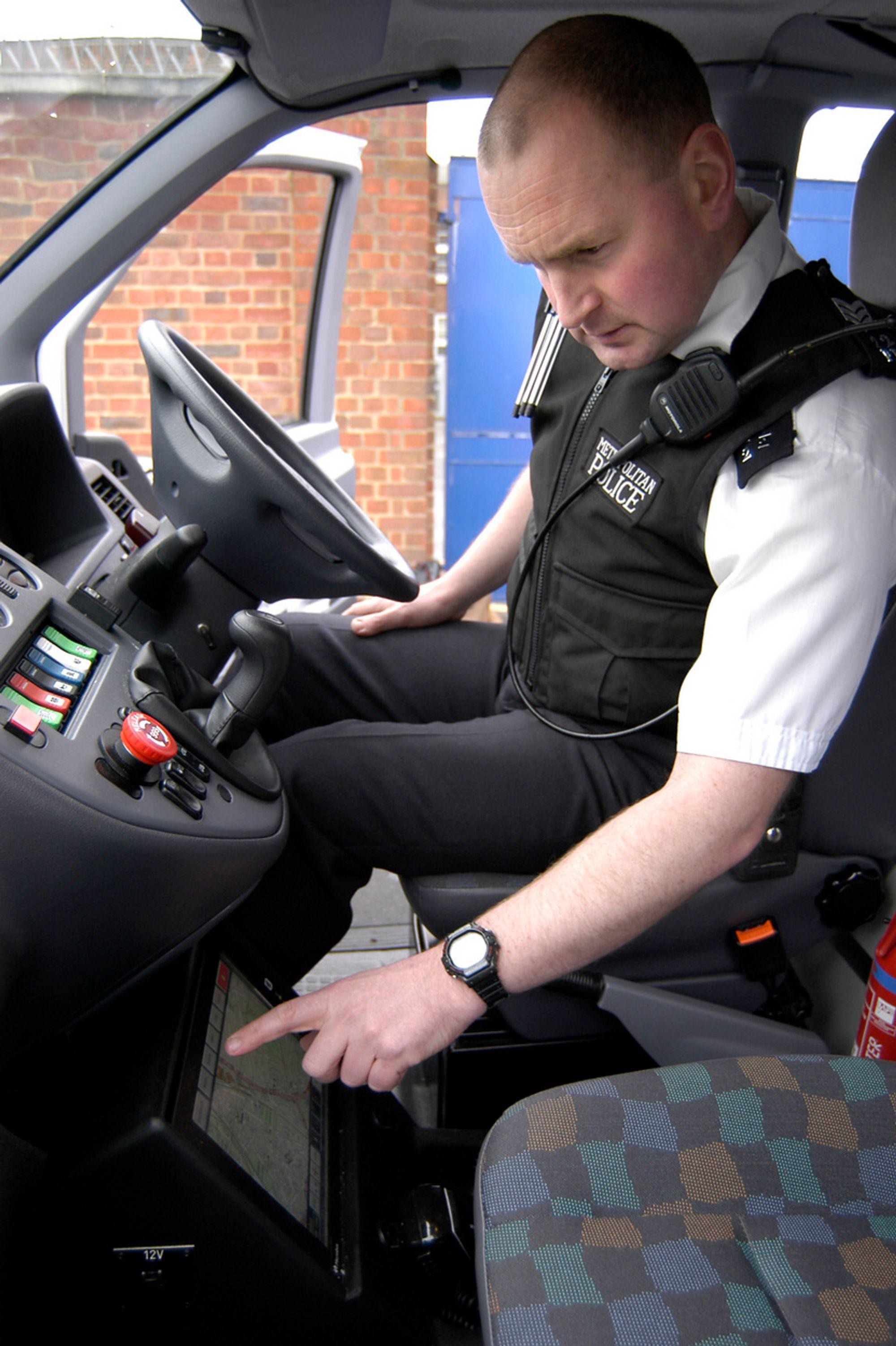 """KJAPT: Nå tar det bare millisekunder for en bilbasert Scotland Yard """"responsenhet"""" å koble seg opp på politiets sentrale datamaskin. Flere land har allerede kjøpt det engelske utstyret. Sverige har det, men Norge er foreløpig ikke i bildet."""