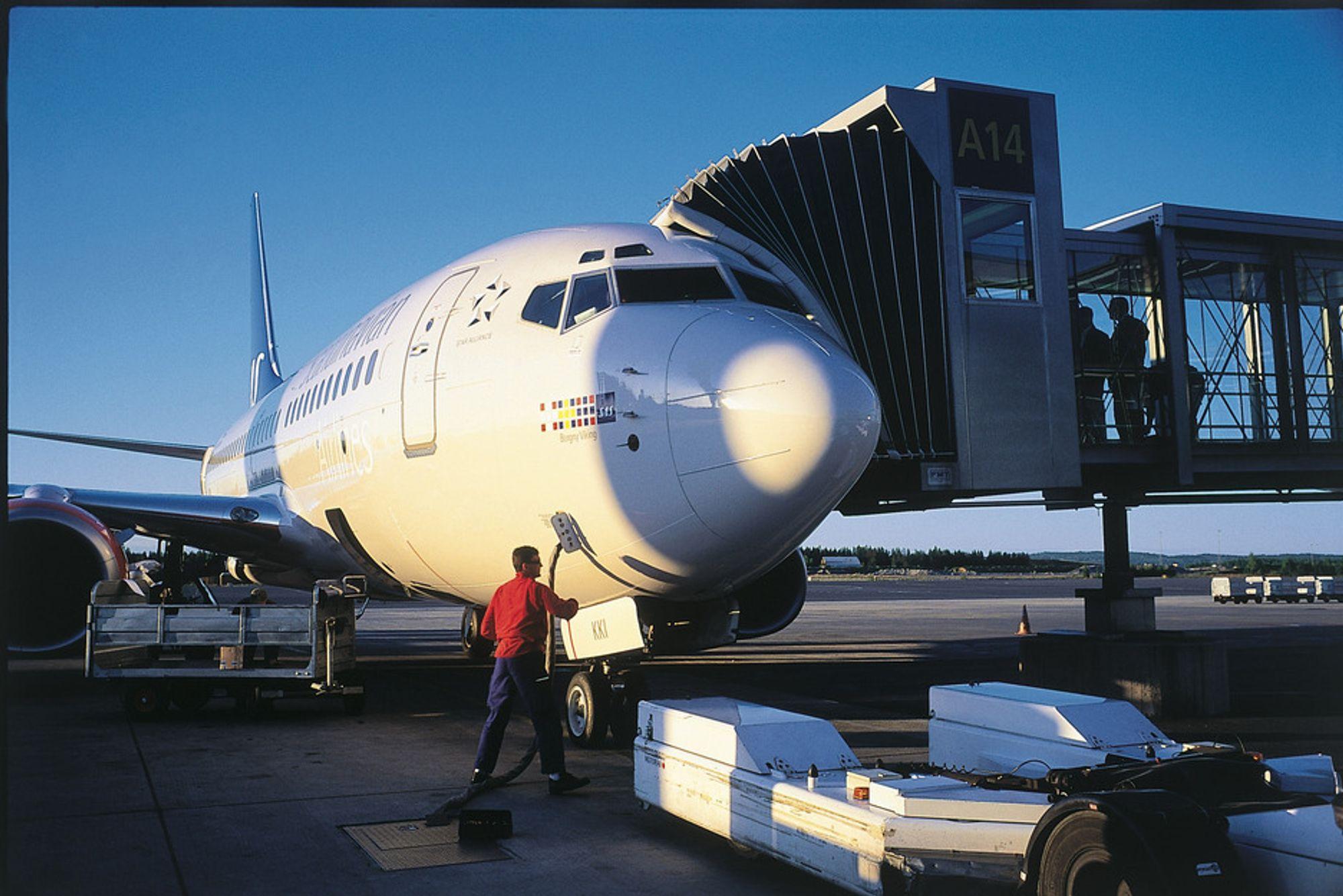 Oslo Lufthavn Gardermoen. Et SAS-fly gjøres klar for avganng.
