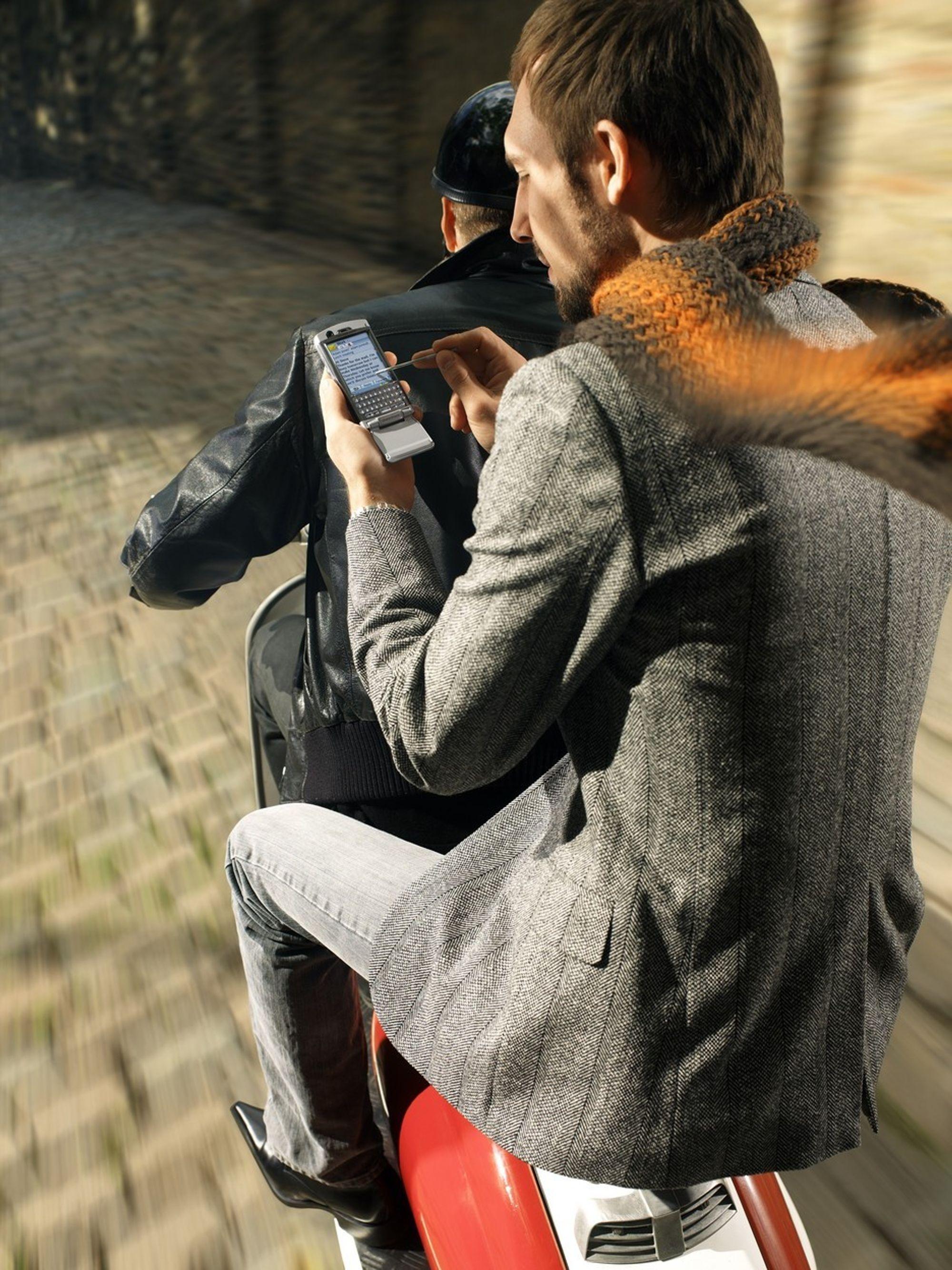 BEDRE LØSNING: Nå skal det bli betydelig enklere å synkronisere mobilens data ved hjelp av den forbedrede versjonen av SyncML Gateway. På bildet har mannen den nye Sony Ericsson P990 som kommer i høst.