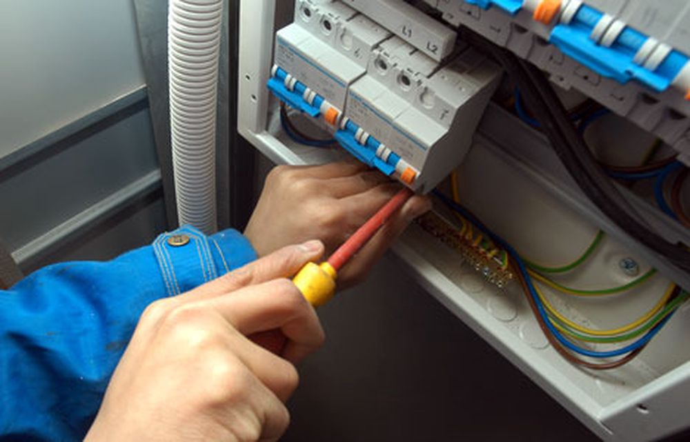 Norske el-anlegg har urovekkende mange feil. Nå skal elinstallatørene gå i spissen for en standardisert, periodisk sjekk.