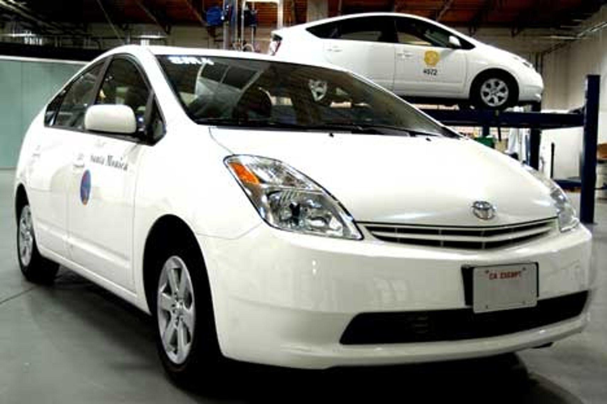 Blant annet bilprodusentene begynner å få fart på hydrogensatsingen. Toyota bygger om en del av sine Prius-modeller til hydrogendrift i California.