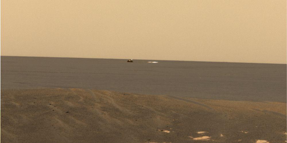 VYER: Mars-rover Opportunity tok dette bildet av sitt eget landingsskall - i det fjerne til venstre - og sin landingsfallskjerm, til høyre. Bildet er behandlet ved NASA/JPL/Cornell for å vise fargene slik man mener de er på Mars. Opportunity og dens tvilling skal nå arbeide trutt og traust videre, helt ut september i år.