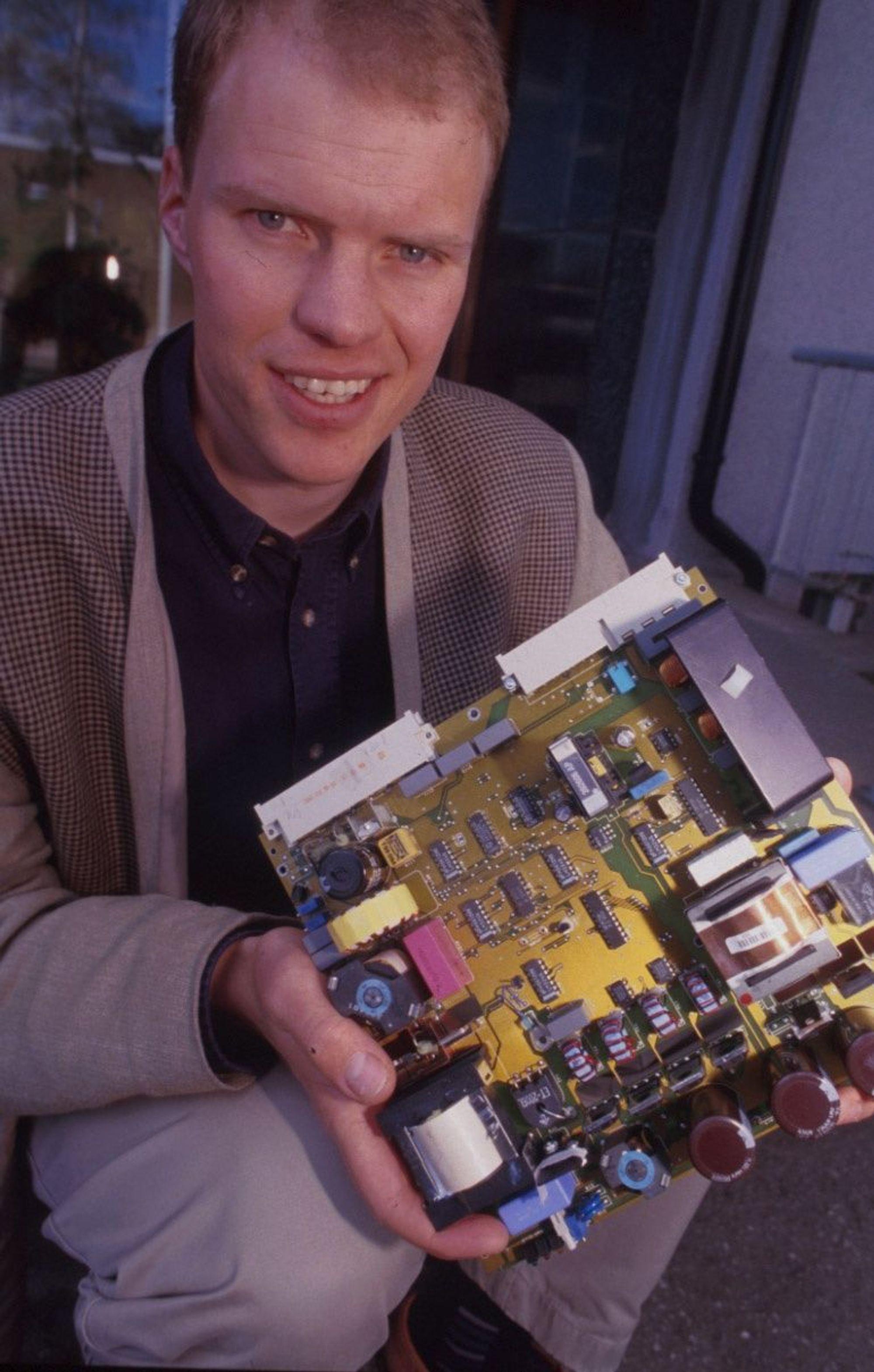 LOVLIG: - Tetrabrombisfenol A, som er den mest vanlig brukte bromforbindelsen i elektronikkindustrien, står fortsatt ikke på noen forbudslister i EU-systemet, sier seniorrådgiver Dag Ausen, Sintef Elektronikk og Kybernetikk.FOTO: FINN HALVORSEN