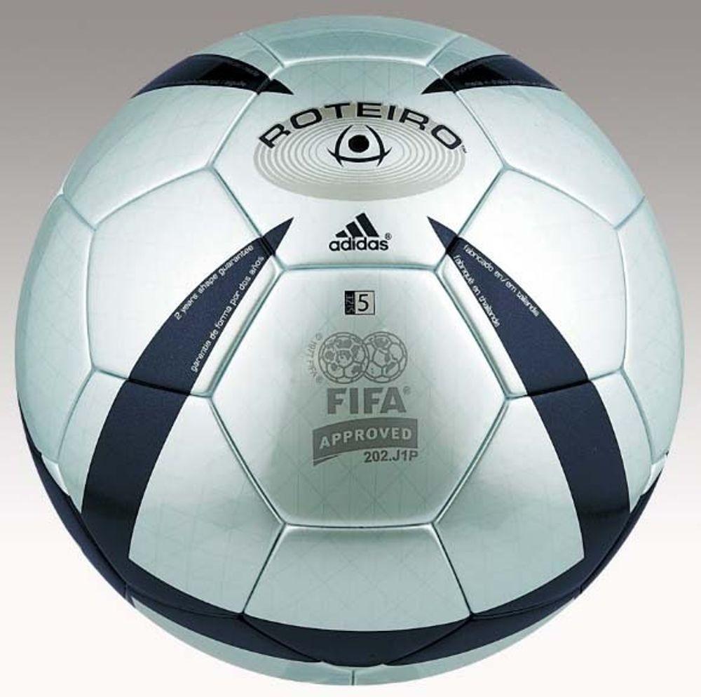 INGEN SMART BALL: Tyske Adidas skal også levere ballene til VM i år, men det blir den uintelligente typen som denne.