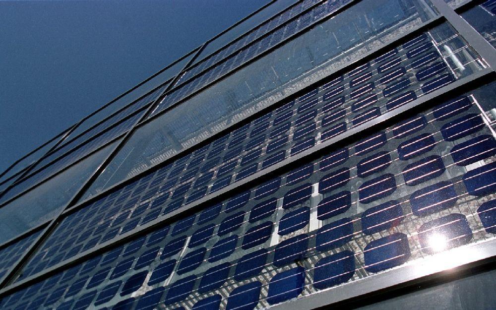 BILLIGERE: Solceller integrert i bygningsfasader, som her på Elektrobygget på NTNU, kan bli enda mer aktuelt når SGS begynner å produsere rimeligere silisium for solcellefabrikantene.