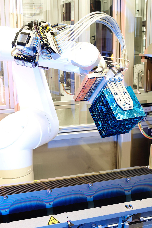 AUTOMATISERT: Ved REC ScanCells fabrikk i Narvik som lager selve solcellene, er det tatt i bruk avansert automatisert produksjonsutstyr.