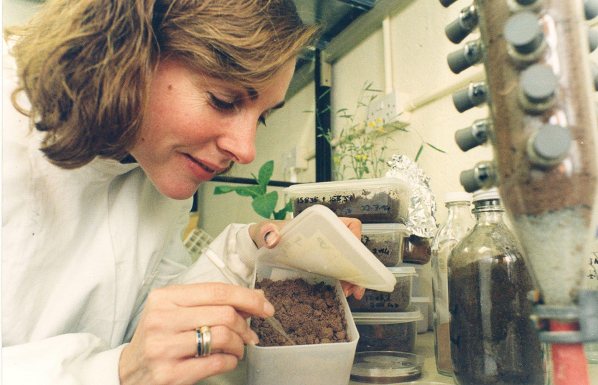 KARBONTRANSPORT: Professor Liz Wellington ved University of Warwick i England studerer betydningen av sopptråder når det gjelder transport av karbon gjennom jordlagene på planeten.