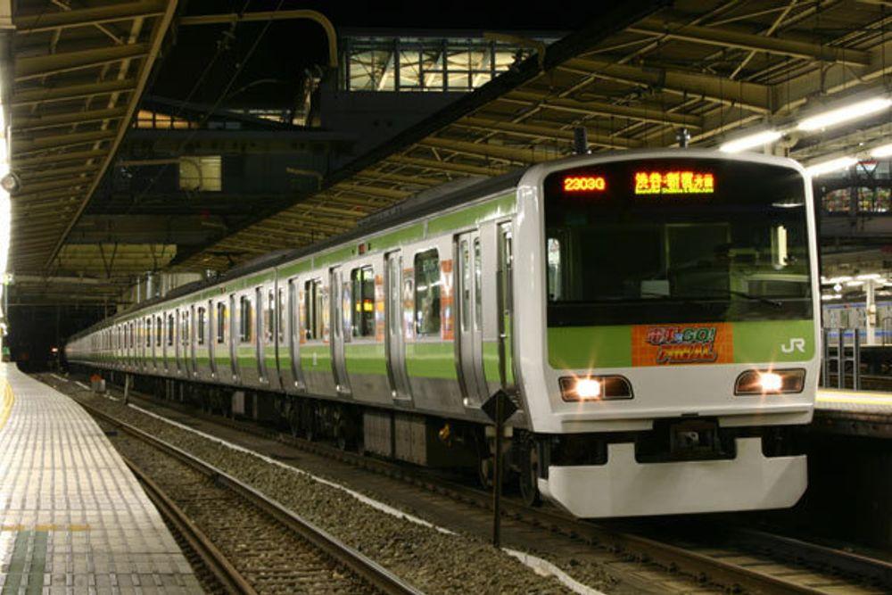 Jernbaneselskapet JR East vil være miljøvennlige og nytenkende. Derfor lar de nå passasjerene produsere strøm i Tokyo.