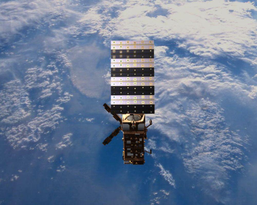 MetOp skal gå i polarbane og passere nordpolen 14 ganger i døgnet. Data fra værsatellitten, som inneholder norsk teknologi, registreres på Svalbard.