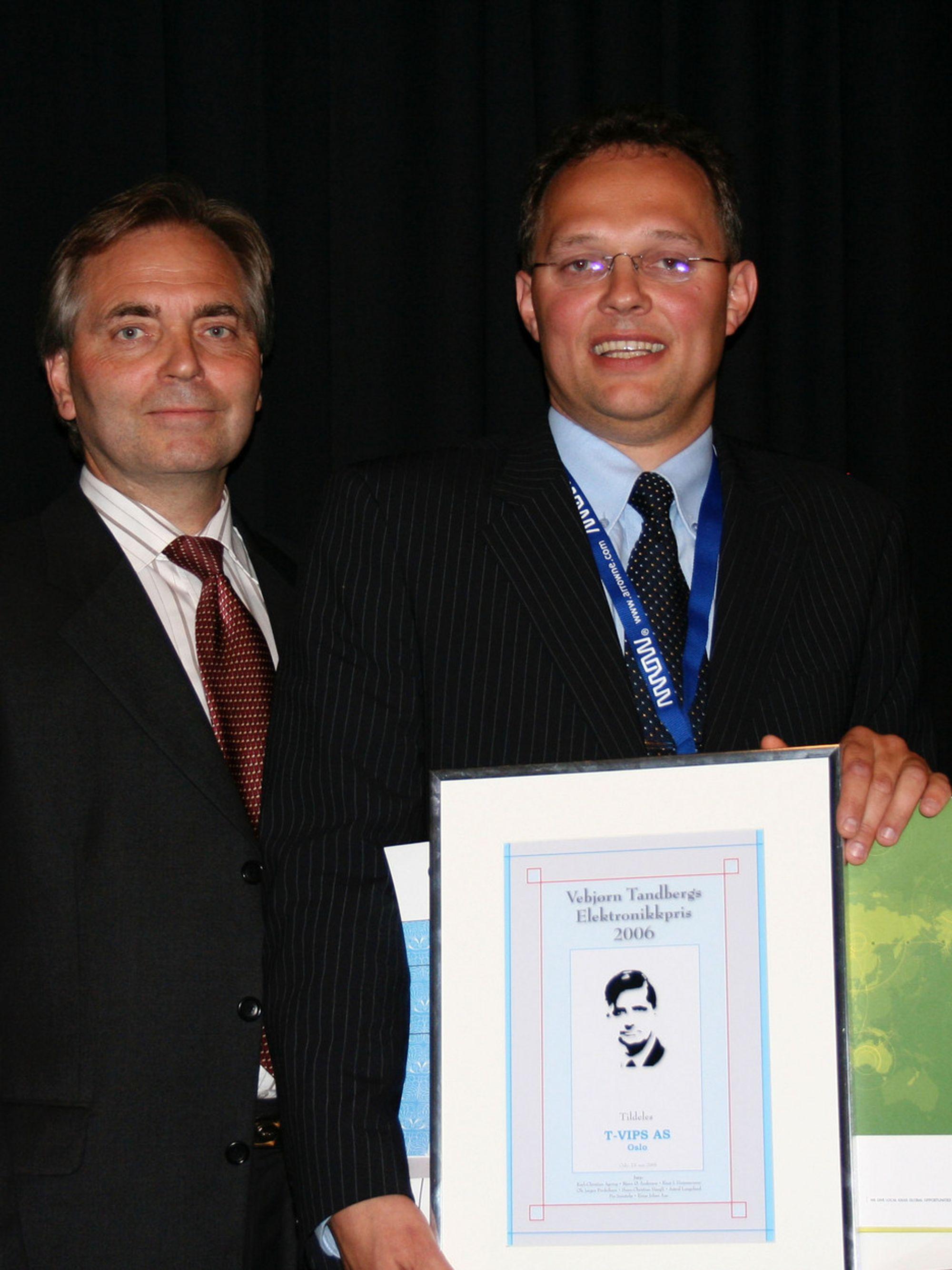 GLAD PRISVINNER: Administrerende direktør Johnny Dolvik i T-Vips AS (t.h.) fikk Vebjørn Tandbergs Elektronikkpris overrakt av Bengt Thuresson, Tandberg Televisjon.
