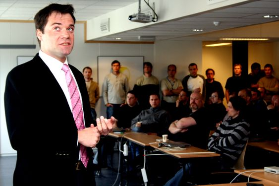 250 ANSATTE: Med 150 ansatte i Trondheim og 100 i utlandet har Atmel i Trondheim blitt en stor arbeidsgiver. Her holder Atmel-sjef Vegard Wollan personalmøte.