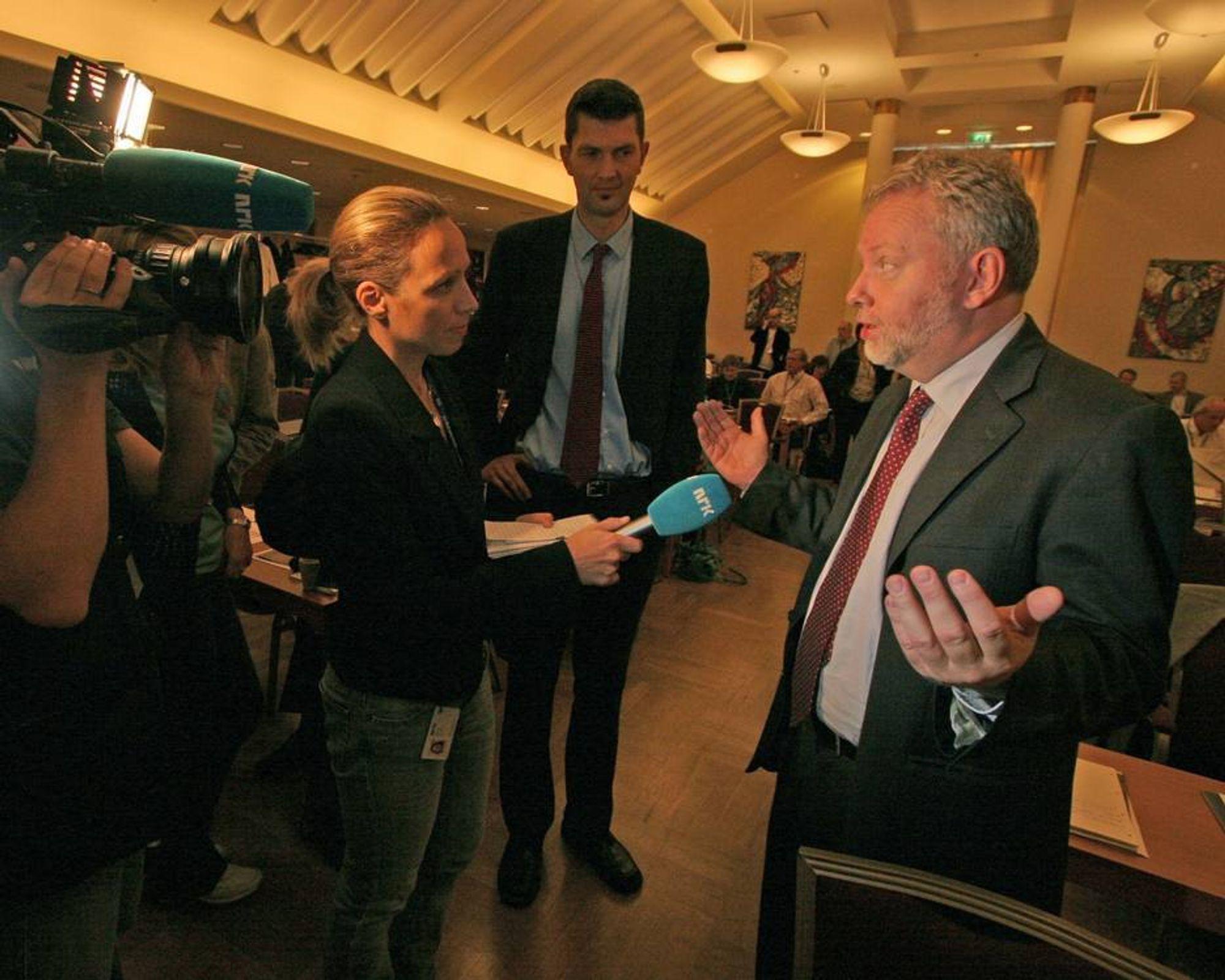 INGEN KOMMENTAR: Overvåkningssjef Jørn Holme vil at Politiets Sikkerhetstjeneste skal være mest mulig åpen, men han ville ikke utdype sine påstander til pressen etter å ha holdt foredrag under Næringslivets Sikkerhetskonferanse i dag.
