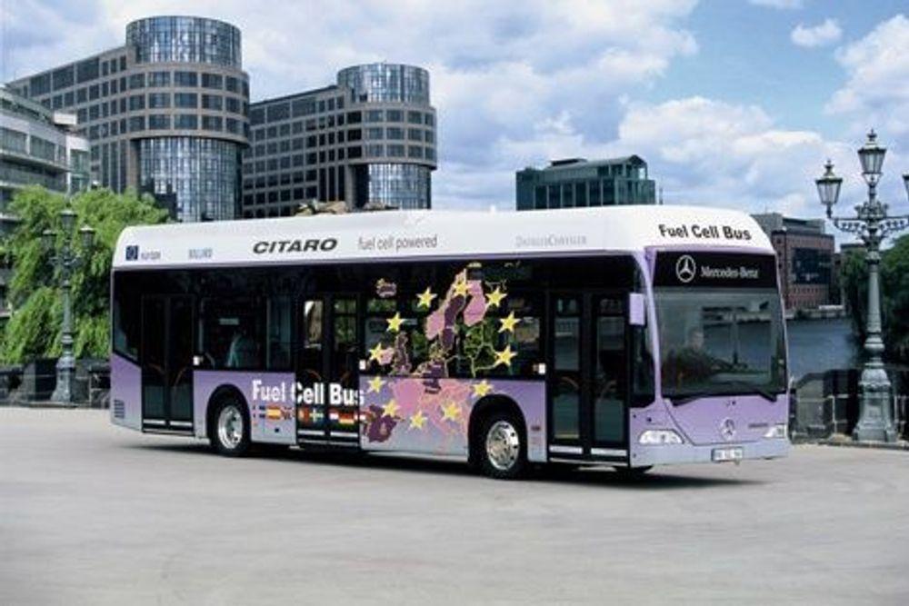 NIKS UTSLIPP: Om man ikke regner med utslipp og energiforbruk ved utvinningen av hydrogen, vil bybusser drevet av gassen selvsagt være lokalt forurensningsfrie. Madrid er en av de første byene til å sette slike busser i drift. En rekke europeiske storbyer står i kø for å få dem, men ikke Oslo... FOTO: MERCEDES