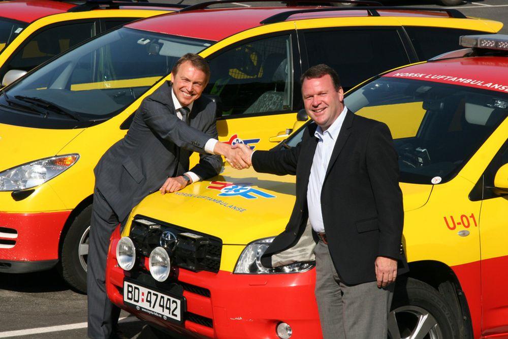 GOD AVTALE: Daglig leder Tor I. Berge i Toyota Norge (til høyre) og leder Steinar Sørlie i Stiftelsen Norsk Luftambulanse gratulerer hverandre med en god avtale.