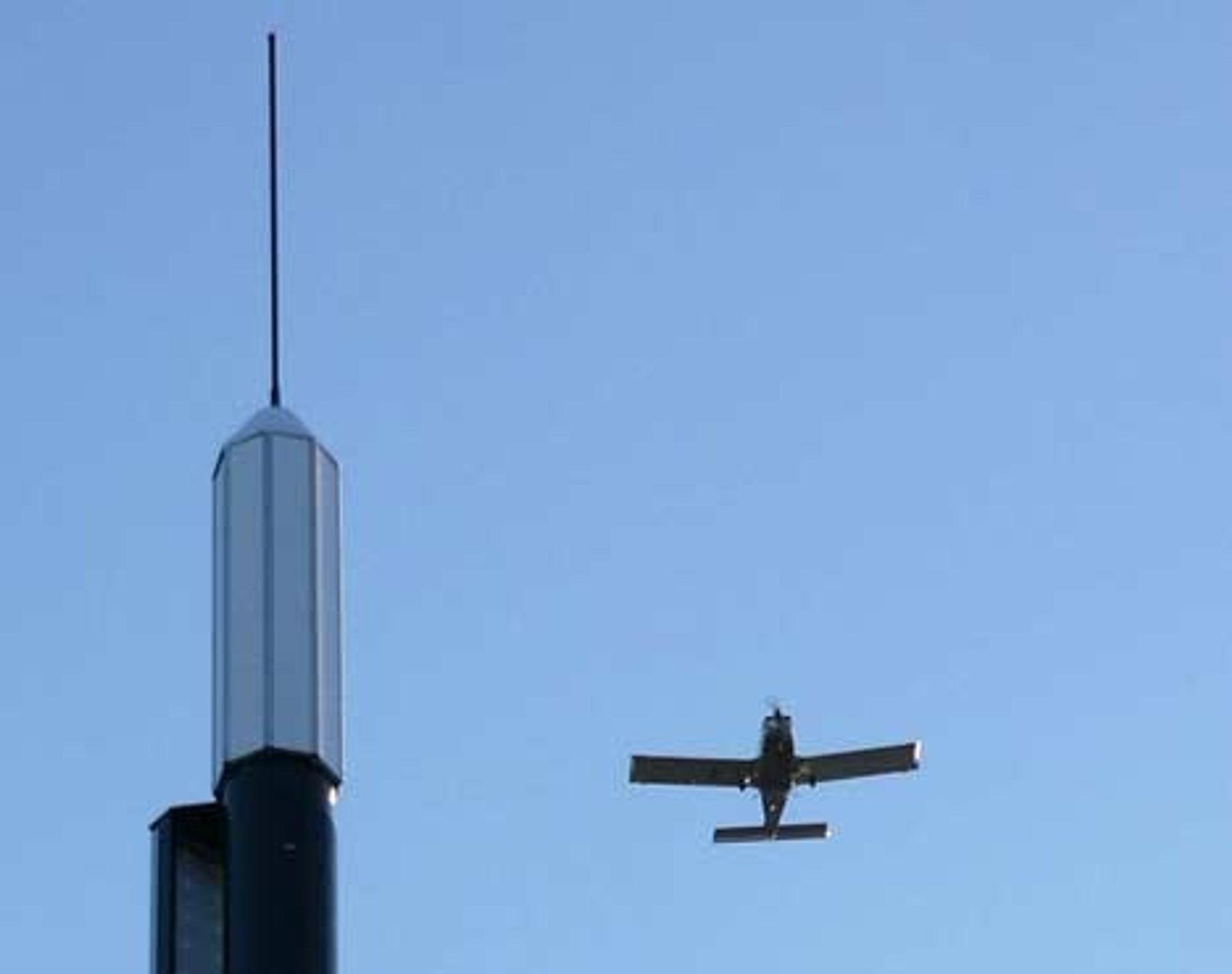 PLASSERING: Radarvarsleren plasseres på et strategisk sted i nærheten av lufthinderet. Øverst VHF-antenne, under radarpaneler med antenner som dekker 360 grader.